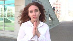 Retrato da jovem mulher do ruivo que reza fora no dia ventoso vídeos de arquivo