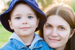 Retrato da jovem mulher e da criança Fotografia de Stock Royalty Free