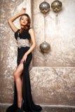 Retrato da jovem mulher elegante bonita no vestido de noite lindo Fotos de Stock Royalty Free