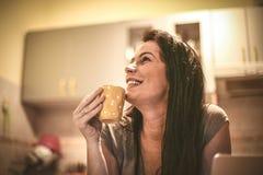 Retrato da jovem mulher em casa que bebe o café imagem de stock royalty free
