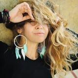 Retrato da jovem mulher, estilo do ndie, joia feito a mão Fotos de Stock