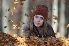Retrato da jovem mulher exterior no outono Foto de Stock Royalty Free