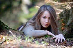 Retrato da jovem mulher exterior no outono Fotos de Stock