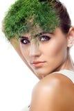 Retrato da jovem mulher feliz com ervas do pacote (aneto) nas mãos Foto de Stock Royalty Free