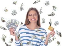 Retrato da jovem mulher feliz com o cart?o do dinheiro e de cr?dito foto de stock royalty free