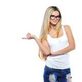 Retrato da jovem mulher feliz que aponta em algo interessante Imagens de Stock Royalty Free