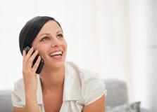 Retrato da jovem mulher feliz que fala o telefone móvel Foto de Stock