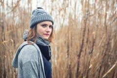 Retrato da jovem mulher fora com os juncos no fundo fotos de stock royalty free