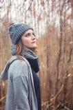Retrato da jovem mulher fora com os juncos no fundo imagem de stock royalty free
