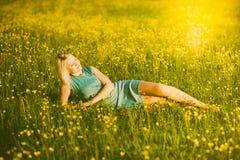 Retrato da jovem mulher lindo na luz solar fora Imagem de Stock Royalty Free