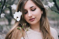 Retrato da jovem mulher loura bonita que levanta na mola miliampère de florescência Imagens de Stock Royalty Free