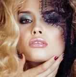 Retrato da jovem mulher loura da beleza com o fim preto do laço acima da sedução sensual Foto de Stock