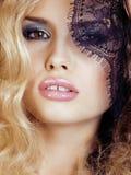 Retrato da jovem mulher loura da beleza com o fim preto do laço acima da sedução sensual Fotos de Stock