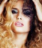 Retrato da jovem mulher loura da beleza com o fim preto do laço acima da sedução sensual Imagem de Stock Royalty Free