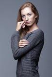 Retrato da jovem mulher na camiseta de lã cinzenta Menina bonita p fotos de stock