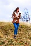 Retrato da jovem mulher na cor do outono Fotografia de Stock