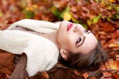 Retrato da jovem mulher na cor do outono Imagens de Stock Royalty Free