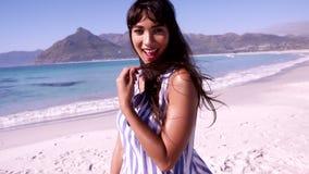 Retrato da jovem mulher na praia vídeos de arquivo
