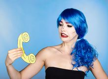 Retrato da jovem mulher no estilo cômico da composição do pop art fêmea foto de stock