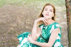 Retrato da jovem mulher no parque no vestido verde foto de stock royalty free