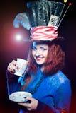 Retrato da jovem mulher no similitude de beber do chapeleiro Imagens de Stock Royalty Free