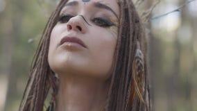 Retrato da jovem mulher no traje teatral e para compor do nymth da floresta que dança no desempenho ou na fatura da exibição da f video estoque
