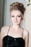 Retrato da jovem mulher no vestido preto com lantejoulas imagem de stock royalty free