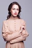 Retrato da jovem mulher no vestido retro fotos de stock royalty free