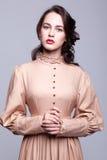 Retrato da jovem mulher no vestido retro fotografia de stock royalty free