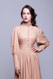Retrato da jovem mulher no vestido retro fotos de stock