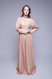 Retrato da jovem mulher no vestido retro imagens de stock royalty free