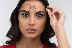 Retrato da jovem mulher nos vidros surpreendida foto de stock royalty free
