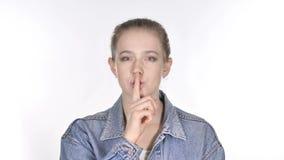 Retrato da jovem mulher ocasional que gesticula o silêncio, dedo nos bordos vídeos de arquivo