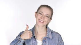Retrato da jovem mulher ocasional que gesticula os polegares acima vídeos de arquivo