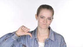 Retrato da jovem mulher ocasional que gesticula os polegares para baixo video estoque