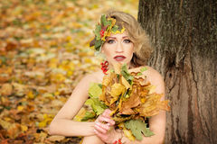Retrato da jovem mulher outono, vestido com folhas Parque imagem de stock royalty free