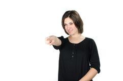 Retrato da jovem mulher que aponta na frente dela Imagens de Stock