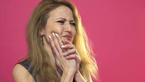Retrato da jovem mulher que está tendo a dor de dente filme