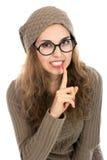 Retrato da jovem mulher que mantém o dedo em seus bordos e que pergunta a Imagens de Stock