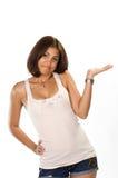 Retrato da jovem mulher que mostra o produto em uma maneira de desaprovação Imagens de Stock Royalty Free