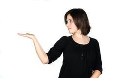 Retrato da jovem mulher que mostra seu produto Fotografia de Stock