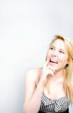 Retrato da jovem mulher que olha feliz e surpreendido no copyspace Fotos de Stock