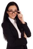 Retrato da jovem mulher que olha sobre vidros Imagem de Stock
