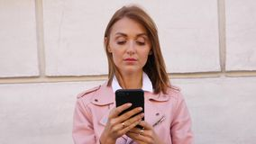Retrato da jovem mulher que usa o smartpone vídeos de arquivo
