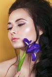 Retrato da jovem mulher romântica com a íris em suas mãos fotografia de stock