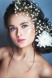 Retrato da jovem mulher romântica com a flor branca em seu cabelo l foto de stock royalty free