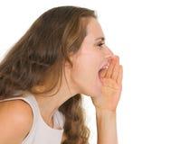 Retrato da jovem mulher shouting Fotos de Stock