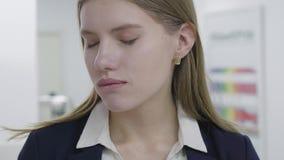 Retrato da jovem senhora cansado triste na roupa formal que agarra seu cabelo A mulher é decepcionada e deprimida dificuldades vídeos de arquivo
