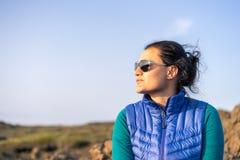 Retrato da jovem senhora Islândia de viagem foto de stock royalty free