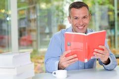 Retrato da leitura do homem Foto de Stock Royalty Free
